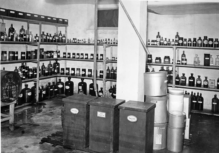 """Här ser vi """"drogrummet"""" med burkar för olika växter och andra ingredienser. Foto: Stig Elvén."""