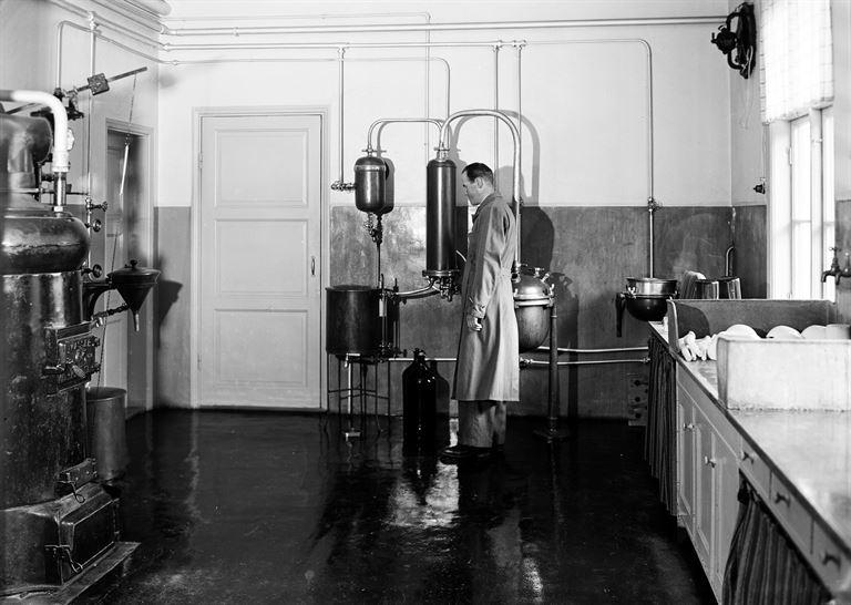 """Labbis-Valle"" i apotekets laboratorium år 1946. Foto: Stig Elvén."