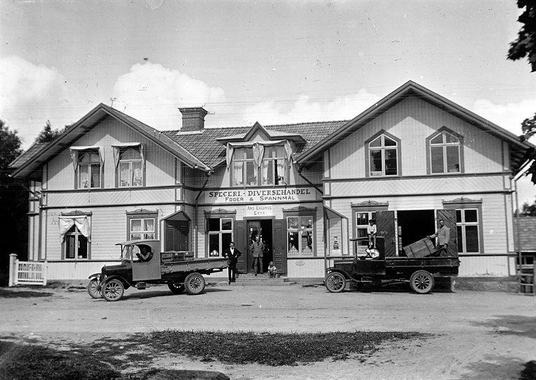 Distribution första hälften 1920-talet. Utanför Bror Olssons efter Voxnavägen (numera Bildelar). Bilen t.v. är lastad med några lådor läskedrycker. Bryggar-Lasse sitter bakom ratten.