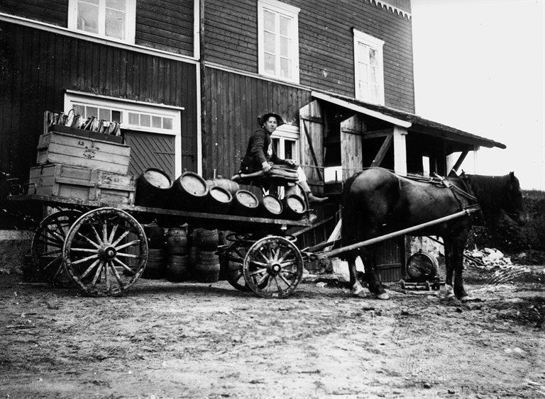 Här är det PA själv som håller i tömmarna. Vagnen är lastad med både svagdrickakaggar och läskflaskor. Foto från första hälften av 1910-talet.