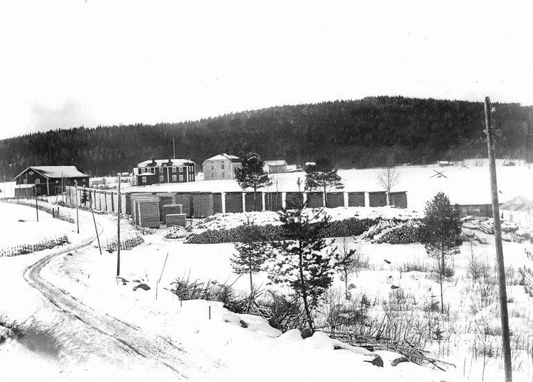 Vintervy av Bröderna Sandströms såg med Stöss i bakgrunden.