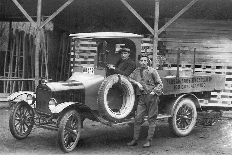 Här har någon av bröderna Sandström tagit lastbilen för att besöka Kyan. Det var tre bröder Sandström engagerade i firman: Alfred, Albert och Jonas. Den yngste brodern, Albin, skötte sportaffären på Birger Jarlsgatan.