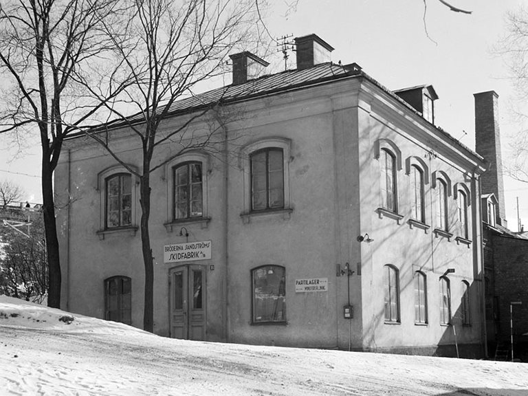 Bröderna Sandströms skidfabrik, Götgatan 134, Skanstull, Kvarteret Åkern 1944. Upphov: Petersens, Lennart af (1913-2004). Publicerat av Stockholms stadsmuseum. Licens: CC BY-NC-SA 2.5 SE