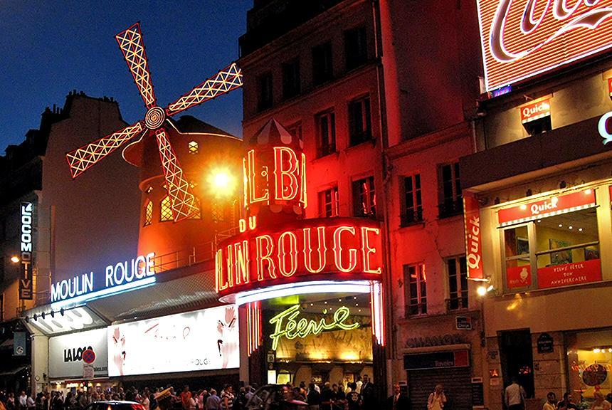 Moulin Rouge är en känd kabaré i Paris, Frankrike. Detta fotografi togs runt midnatt på nationaldagen 2007. Fotograf: Steve - ursprungligen postad på Flickr som moulin rouge at midnight. Licens:CCBY-SA2.0