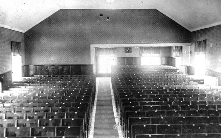 Interiör från den första biolokalen. Fotot taget från scenen.