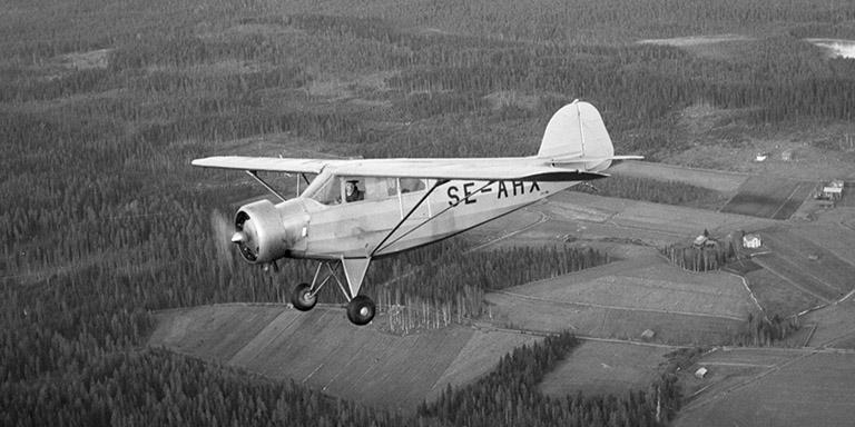 Flygplanet är en Götaverken GV 38 och tillhörde Edsbyns Flygklubb 1948. Här i luften ovanför Hömyren. Foto:StigElvén