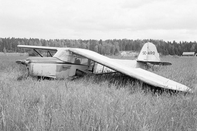 Nödlandning på Prans åker söder om Fällbergs i Roteberg. Pilot var Sten Perols. Flygplanet är en AusterJ/1 Autocrat. Foto:GeorgGagnehed,1959.